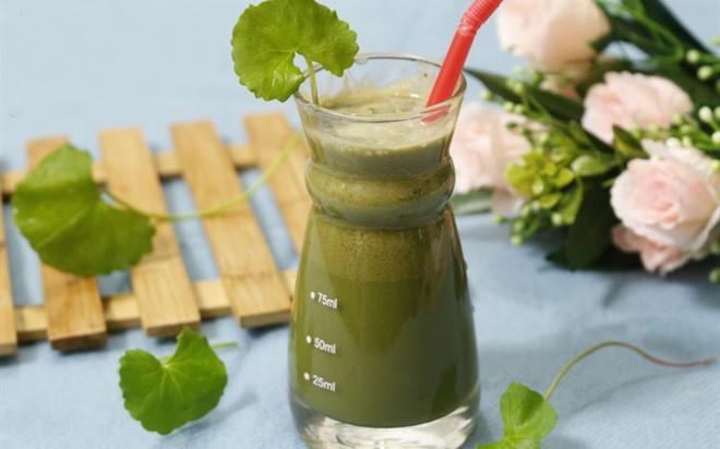 Nước uống từ rau má có thể giúp làm đẹp, nhất là làn da phụ nữ